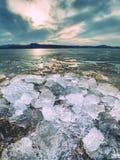 globalne ocieplenie Topić łamany lodowiec w zatoce Wiosna krajobraz z stapianiem lodowy floe Fotografia Royalty Free
