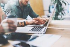 Globalnego Marketingowego Wydziałowego Pracującego drewno stołu laptopu Wewnętrznego projekta Nowożytny Loft Coworkers Przetwarza zdjęcia stock