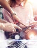 Globalnego Podłączeniowego Wirtualnego ikona wykresu interfejsu Online badanie rynku Młoda Coworkers drużyna Analizuje spotkanie  Fotografia Stock