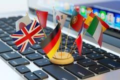 Globalnej komunikaci i biznesu pojęcie, tłumaczy i nauczanie online Zdjęcia Royalty Free