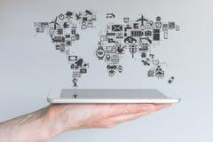 Globalni urządzenia przenośne i internet rzeczy pojęcie Ręka trzyma nowożytną pastylkę lub mądrze telefon fotografia stock