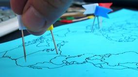 Globalny biznes i finanse Ręk wszywki zaznaczają w światowej mapie jako pointer zbiory wideo
