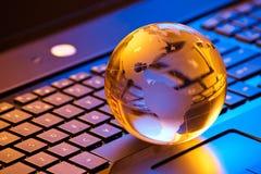 globalt begrepp för affärsdator Arkivfoton