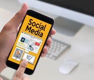 Globalt folk för social massmediaanslutningskommunikation som använder mobil Fotografering för Bildbyråer