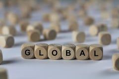 Globalt - kub med bokstäver, tecken med träkuber Arkivfoto