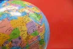 Globe à l'arrière-plan rouge Photo libre de droits