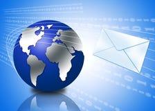 globe 3d avec l'enveloppe d'email Images stock
