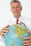 Globe aîné de fixation d'homme d'affaires Images libres de droits