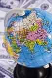 Globe au-dessus d'argent Photo stock