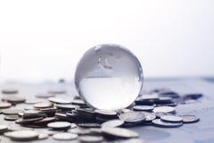 Globe avec de l'argent Images stock