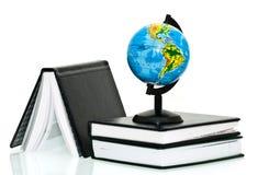 Globe avec des cahiers Images libres de droits