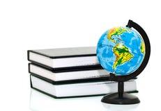 Globe avec des livres Photos stock