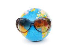 Globe avec des lunettes de soleil d'isolement Photographie stock