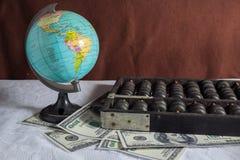 Globe avec l'abaque et l'argent. Images libres de droits