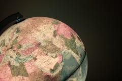Globe avec la carte de la politique là-dessus Images libres de droits