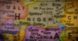Globe avec la carte de pays du Nigéria clips vidéos