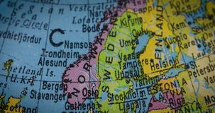 Globe avec la carte de la Suède et de la Norvège clips vidéos