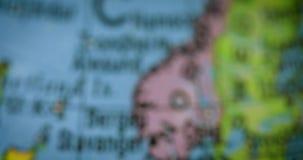 Globe avec la carte néerlandaise de pays banque de vidéos
