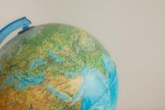 Globe avec la carte physique là-dessus Photographie stock
