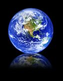 Globe avec la réflexion sur le noir Photo stock