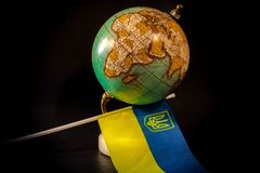 Globe avec le drapeau ukrainien photos stock