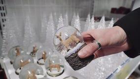 Globe brillant de neige d'hiver avec le renne de Santa à l'intérieur, 4k banque de vidéos