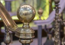 Globe brillant en bronze à la balustrade d'échelle d'extrémité photographie stock libre de droits