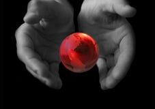 Globe dans des mains images stock