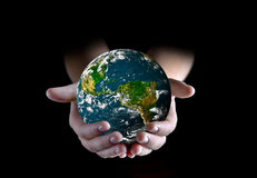 Globe dans des mains Photographie stock libre de droits