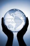 Globe dans des mains Images libres de droits