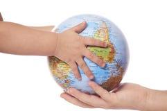 Globe dans des mains de la chéri. Images libres de droits
