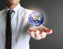 Globe dans des ses mains. Image de la terre fournie par la NASA. Images libres de droits