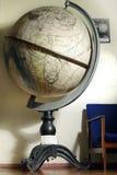 Globe dans le musée géographique Photo stock