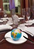 Globe dans le paraboloïde blanc Photo stock
