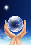 Globe dans les mains Image stock