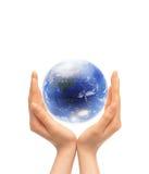 Globe dans les mains Photos libres de droits