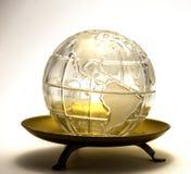 Globe dans un plat Photographie stock