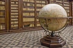 Globe dans une bibliothèque Photographie stock