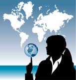Globe de équilibrage de femme d'affaires Images stock