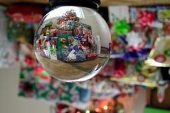Globe 2 de boule de cristal de cadeaux de Noël de vacances Image libre de droits