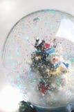 Globe de chute de neige Photographie stock libre de droits