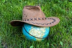Globe de la terre avec le chapeau de cowboy Images libres de droits