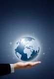 Globe de la terre dans la main d'homme d'affaires Image libre de droits
