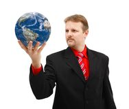 Globe de la terre de fixation d'homme dans sa main Photo stock