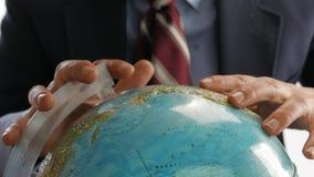 Globe de la terre et homme avide clips vidéos