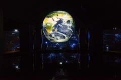 Globe de la terre sur l'exposition de musée photo stock