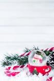 Globe de neige avec le bonhomme de neige sur le fond de fête Images libres de droits