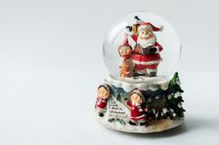 Globe de neige avec Santa Claus à l'intérieur Photographie stock libre de droits