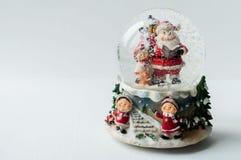 Globe de neige avec Santa Claus à l'intérieur Photos stock