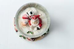 Globe de neige avec Santa Claus à l'intérieur Photographie stock